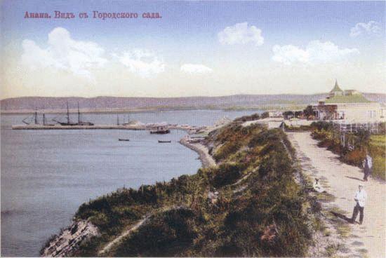 Перед дачей справа виден уголок городского сада, в обход которого вдоль Высокого берега вела ровная дорожка