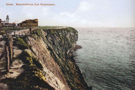 На заднем плане слева виден комплекс первого санатория В. А. Будзинского, за ним - городской маяк