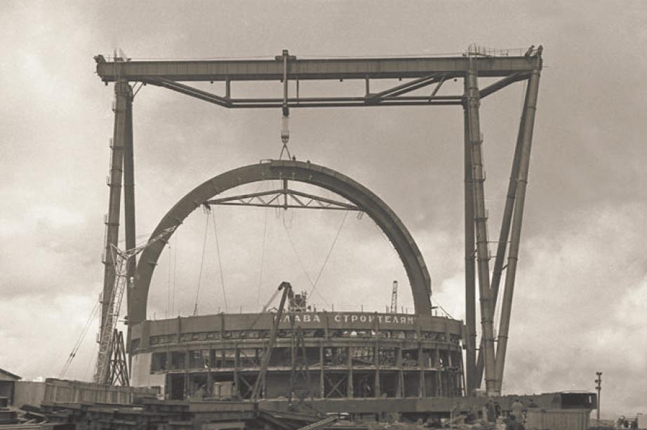 Установка дуги купола телескопа в 1968 г.