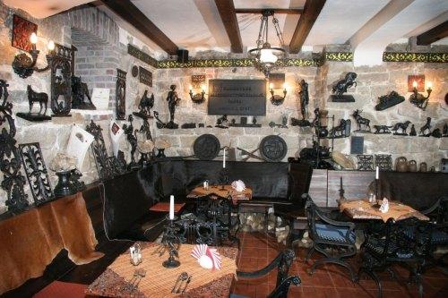Музей-кафе Демидов с чугунными артефактами