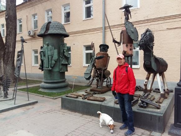 В музее современного искусства у скульптур Церетели