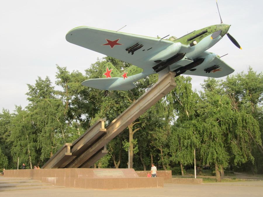 Памятник Ил-2 перед проходной завода