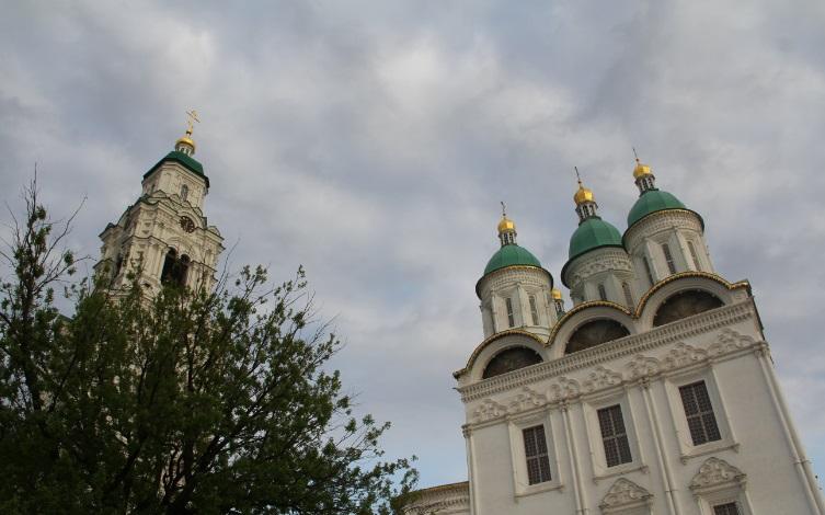 Колокольня (слева) и Успенский собор (справа) Астраханского Кремля