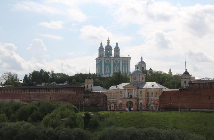 Вид на Успенский собор и крепостную стену Смоленска