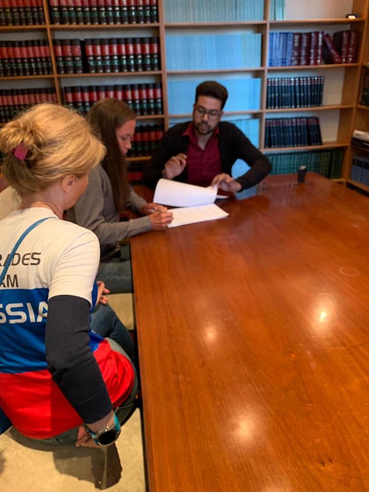 Представители российской команды общаются с адвокатами (фото Александра Гальперина)