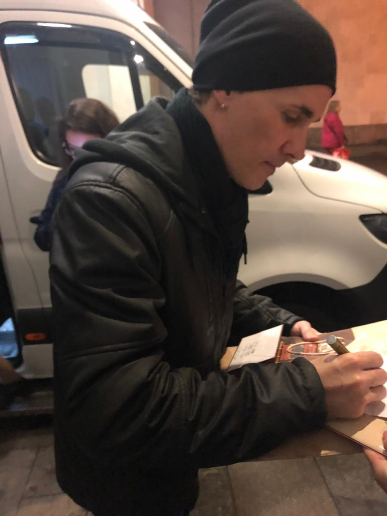 After-party: Поэт Гренгуар оставляет автограф