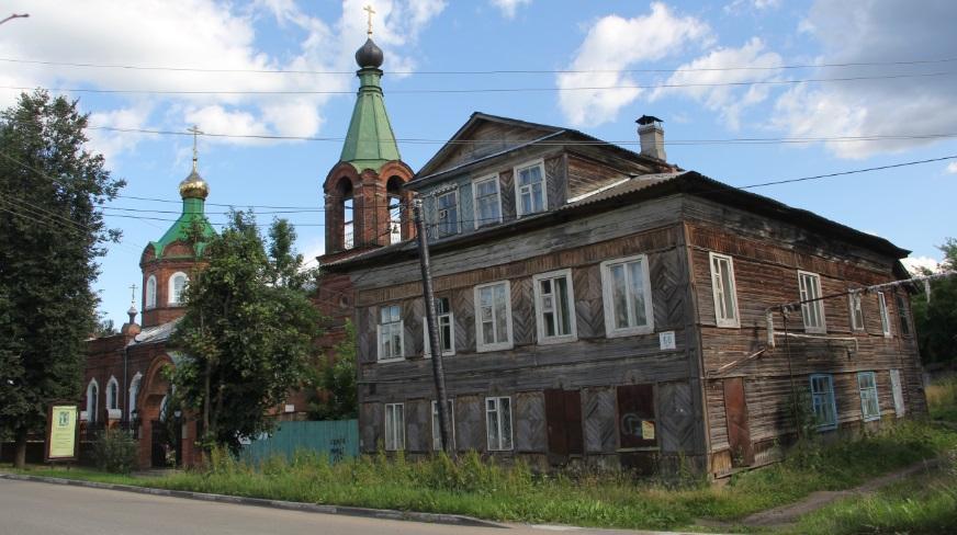 Старый дом на улице Калинина, а за ним Покровская церковь
