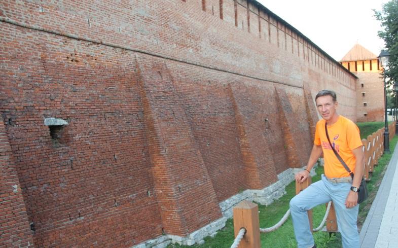 Коломенский Кремль постройки 16 века. Сохранилось многое.