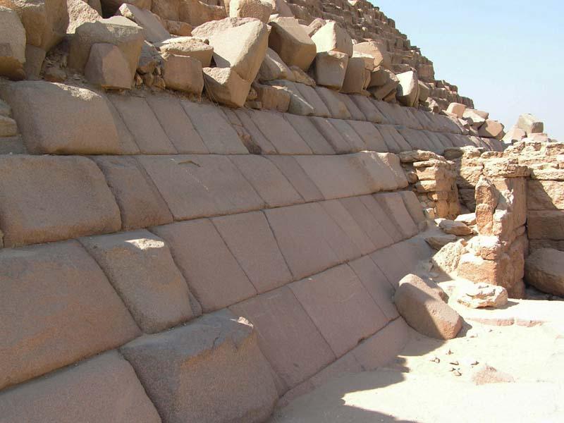 Выровненный участок облицовки на восточной грани 3-й пирамиды Гизы