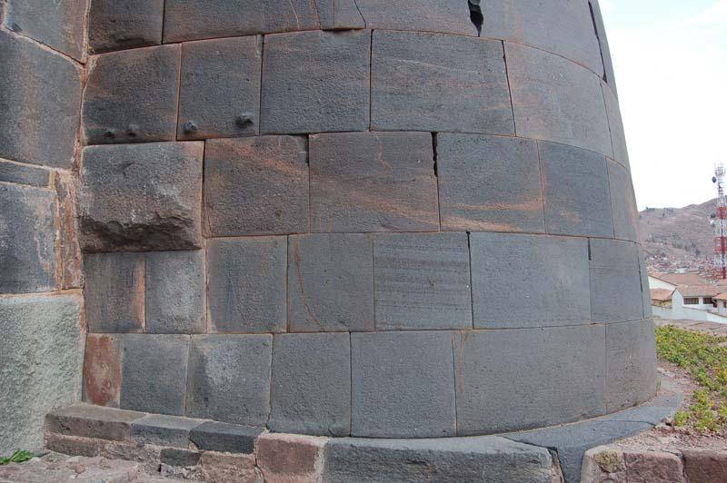 Невыровненный угол стены храма Кориканчи в Куско