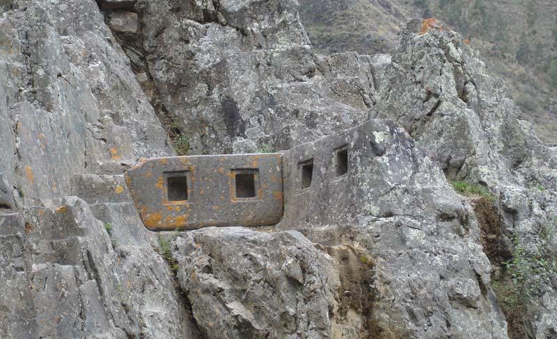 Ниши на скале в Ольянтайтамбо (Перу)