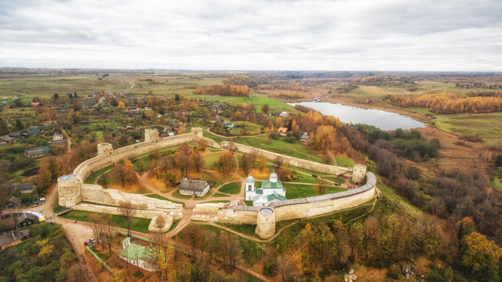 Изборская крепость с высоты